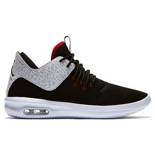 5ebfec1306 Napjainkban már a legtöbb cipőboltban találhatunk néhányat a Jordan cipők  közül, azonban ha egy különlegesebb darabra vágyunk, azt könnyebb  megtalálni és ...