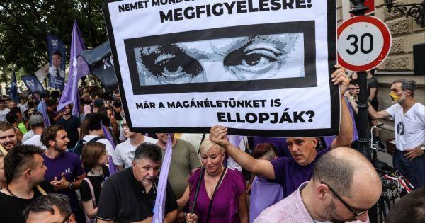 Tüntetők üzentek Orbánnak a Fidesz székháznál: lefőtt a kávé, '22-ben ennek ára lesz