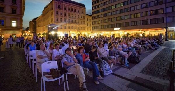 Ingyen mozi a Bazilika előtt