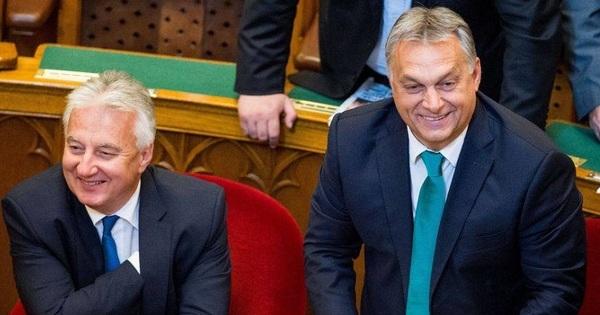 Marx és Engels szobra mostantól Orbánt és Semjént ábrázolja