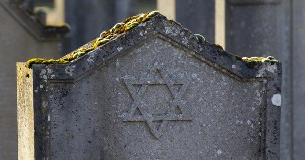 Sírköveket rongáltak meg a keceli zsidó temetőben